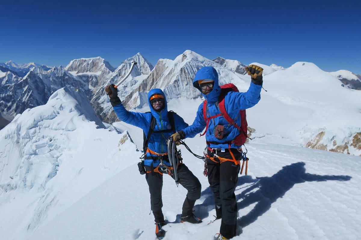 PÅ TOPPEN: Robert Caspersen og Sigurd Felde på toppen av Pawar Himal, Main summit. Foto: Jørgen Aamot
