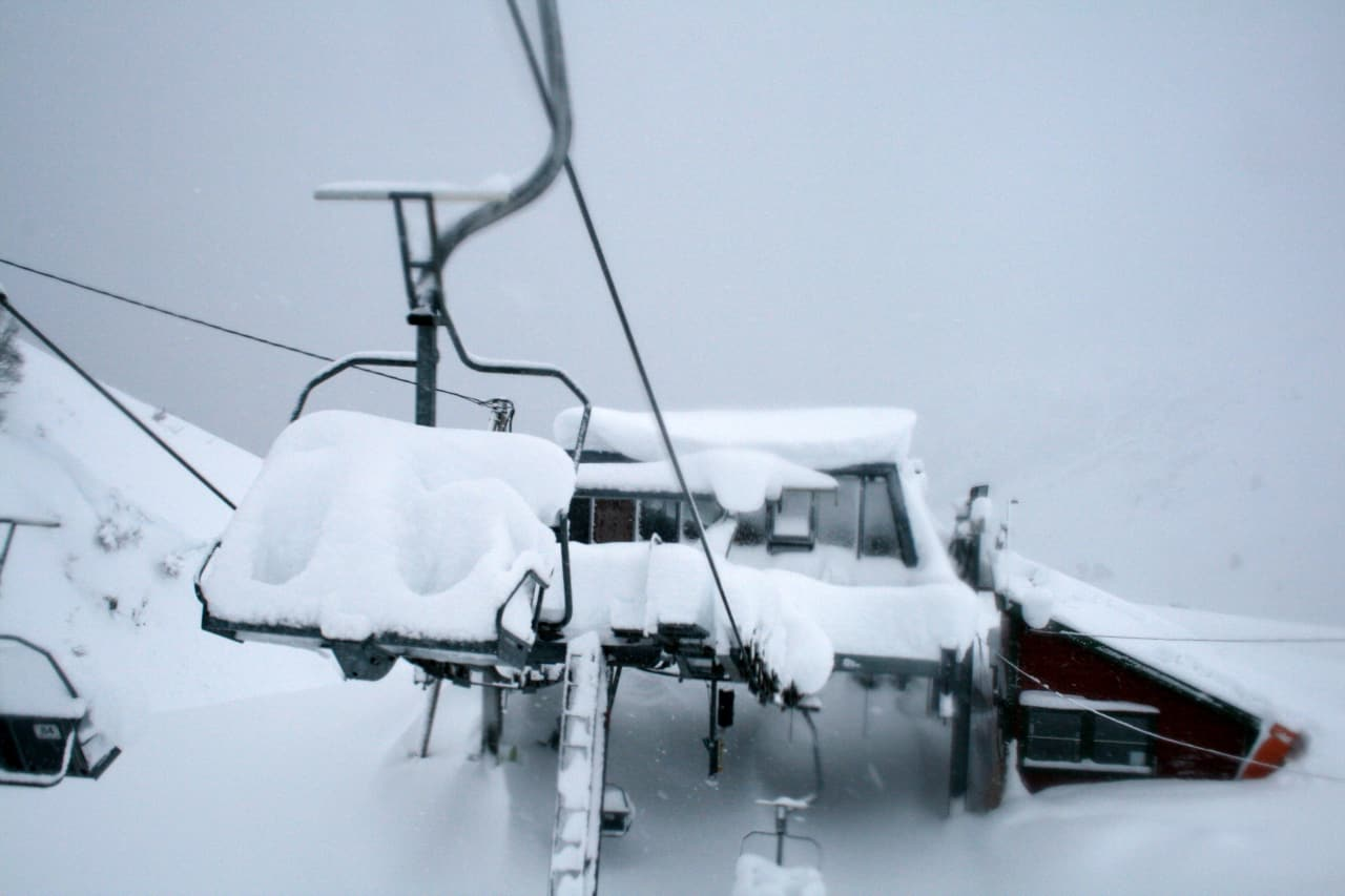 GIR SEG IKKE: Pelle Gangeskar kan ikke huske sist det var to meter snø midt i anlegget før jul. Foto: Røldal Skisenter.