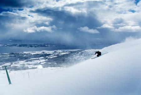 VESTFJELLA: På skikjørers høyre side for Langheisen finner du lett tilgjengelig og rådeilig frikjøring i området som kalles vestfjella. Her er det Asbjørn Eggebø Næss som forsyner seg av godsakene som førstemann. Alle foto: Martin Innerdal Dalen