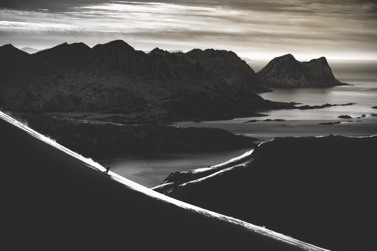 UT MOT HAVET: Erling Grøstad kan ikke klage på utsikten når han setter telemarksvingene sine på 69 grader nord. Alle foto: Bård Basberg