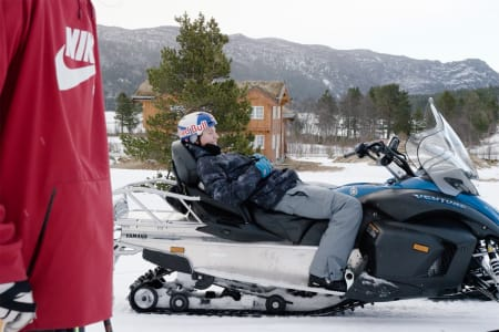 TGP: I den nye editen kjører Bråten hjemme hos Andreas Håtveit  (i rød genser) i Skibyen.