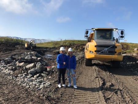 BYGGER: Det blir bygget et høydebasseng på rundt 70 000 kubikkmeter i et større areal vest for Hangurstoppen. Her er Anna Bryn og Synva Vinje ved bassenget. Bilde: Voss Resort