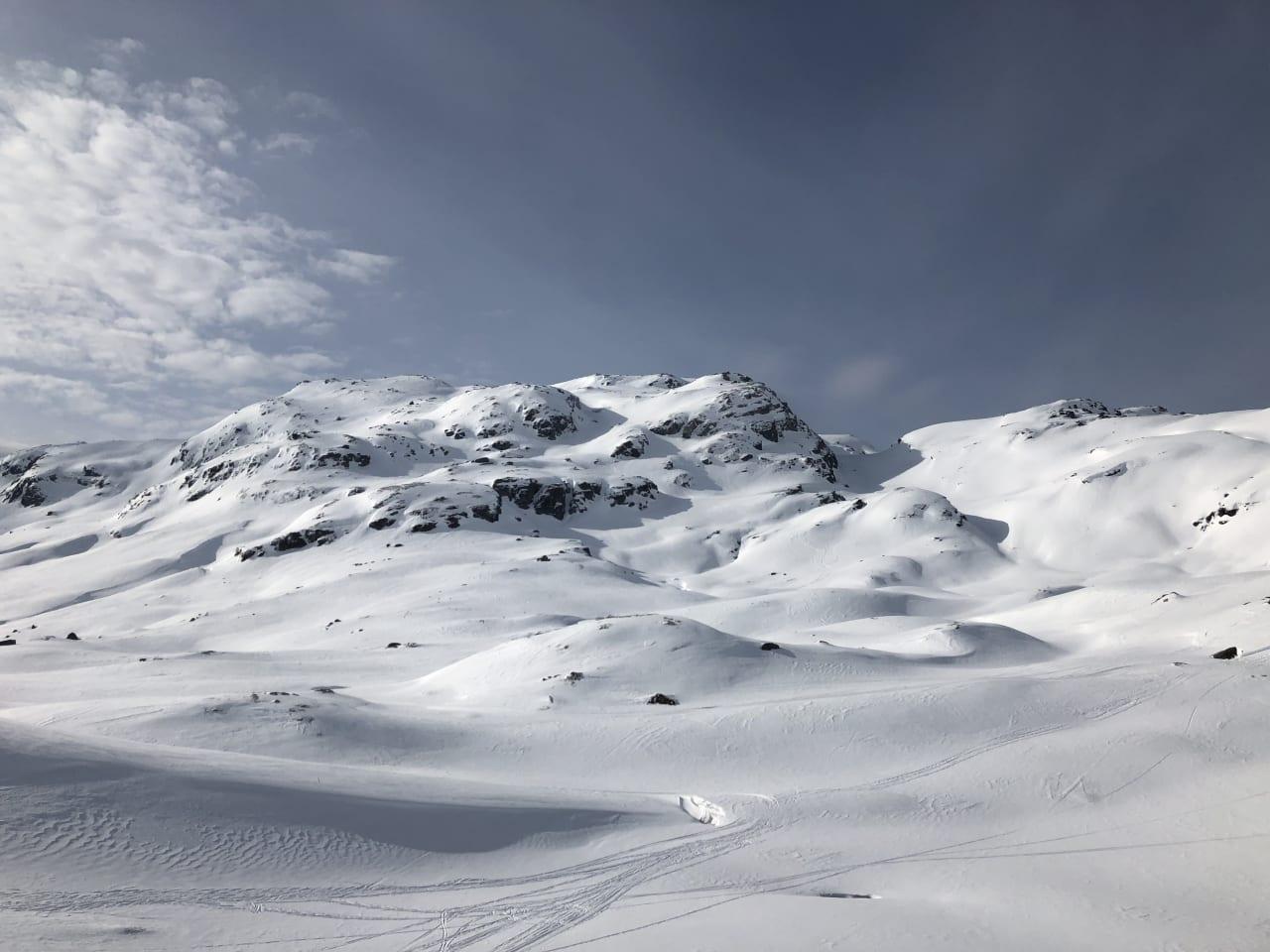 Vardanuten: Denne ikke helt ukjente perlen av et fjell har fått flere skikjørere til å klø seg i hodet. Foto: Trond Carsten Øye