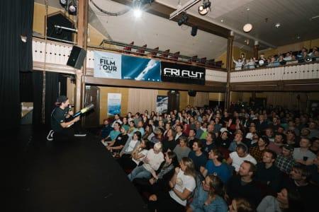 FULLE HUS: Det er ikke rart Fri Flyts Film Tour trekker fulle hus når Vebjørn Enersen skyter ut freebies med potetkanon. Foto: Bård Basberg