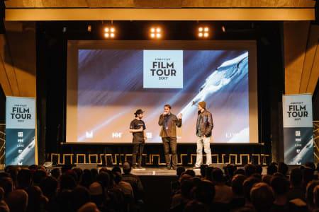 FLINK FILMSKAPER: Shapes seiler opp som filmturneens kanskje best likte film. Og den er laget av Nikolai Schirmer (i midten) fra Tromsø. Her fra visningen på Studentersamfundet i Trondheim, sammen med Vebjørn Enersen (til venstre) og Asbjørn Eggebø Næss. Foto: Bård Basberg