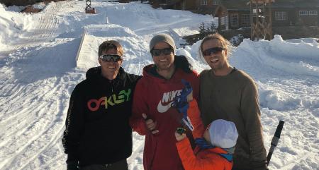 STERK TRIO: Bråten, Håtveit og Øye samlet igjen i skibyen. Foran: En av tre Håtveit-gutter. Foto: Privat