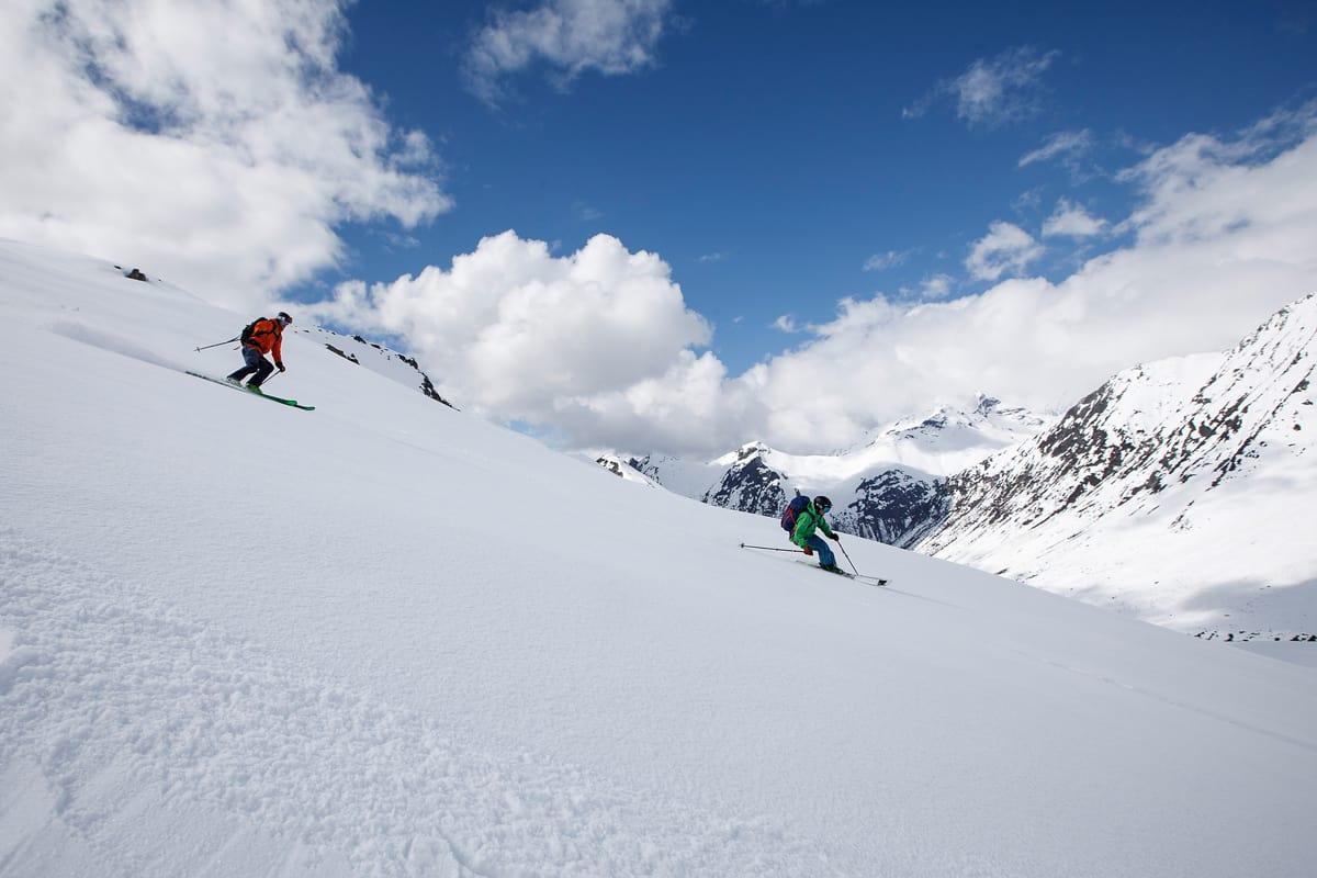 NED TIL SKUTA: Lite slår å dundre ned fra flotte toppturfjell på Sunnmøre til Norges fineste seilskute. Foto: Kilian Munch