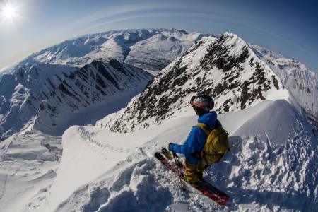 OVER HALVVEIS: Cody Barnhill på toppen av ei linje i Alaska han gikk til topps på for egen maskin. Foto: Dynafit