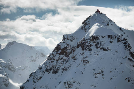 LEGENDARISK: Verbier Extreme går på nordvendte og enorme Bec de Rosses, og er verdens råeste frikjøringskonkurranse. Foto: Dom Daher