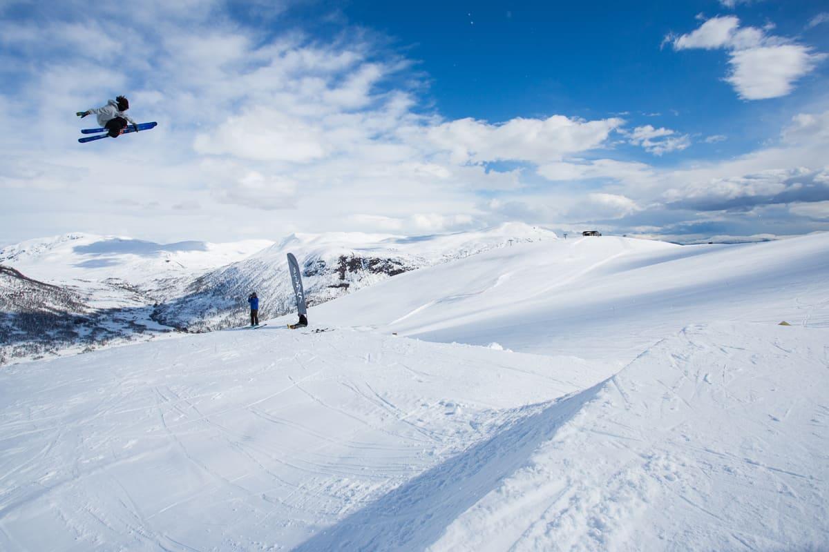 PÅ FERIE HELE TIDA: James Woods gjør ingenting annet enn å kjøre på ski og leke seg. Her er han på «jobb» i lufta over Myrkdalen. Foto: Tore Meirik