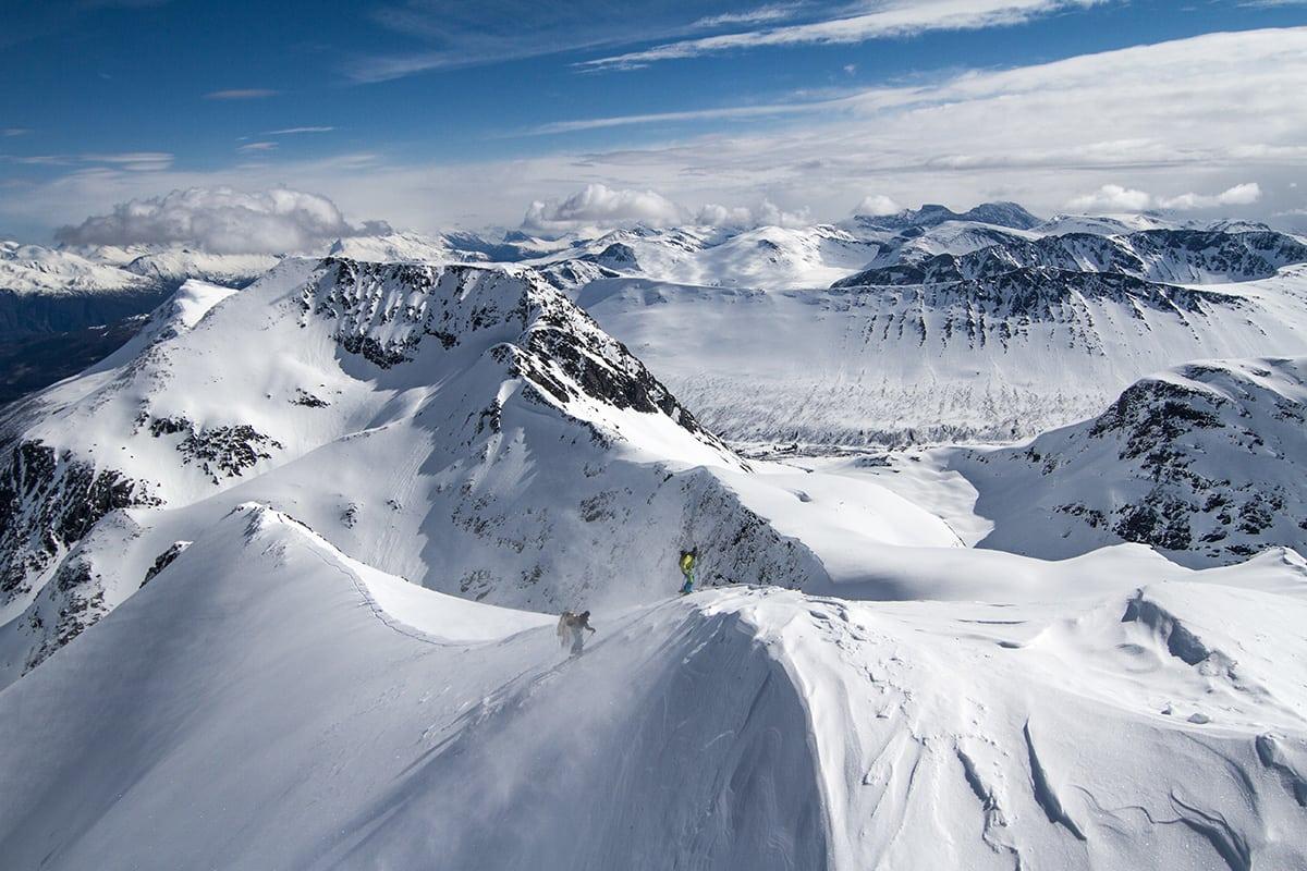SUNNMØRE: Karsten Gefle på vei opp et av fjellene i Sunnmørsalpene. Foto: Søren Rickards
