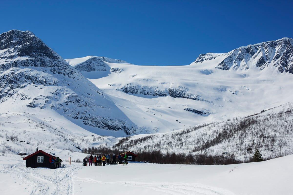 INGEN OMKOM: Heldigvis gikk det bra da et stort snøskred gikk i Sunndal på Nordmøre lørdag. En person ble fløyet til sykehus, men skal ikke være alvorlig skadet. Foto: Kristoffer Kippernes