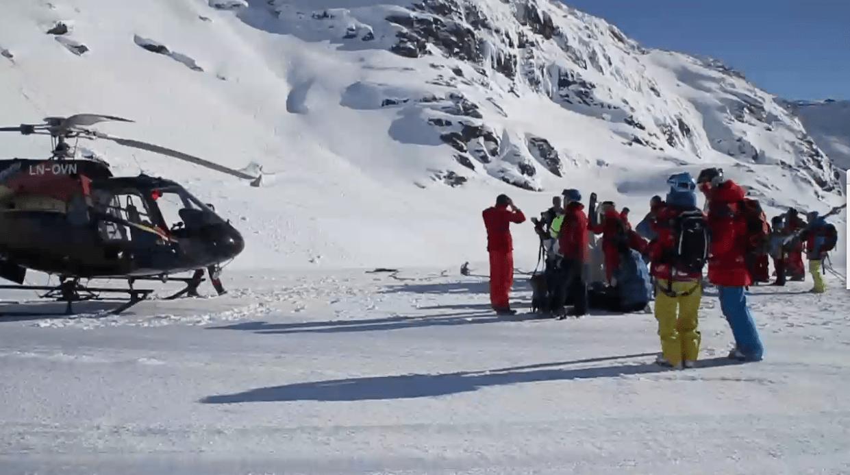 FLYR HØYT: På grunn av skredfaren ble kjørerne løftet opp til starten av facen med helikopter. Foto: Susanna Taylor.