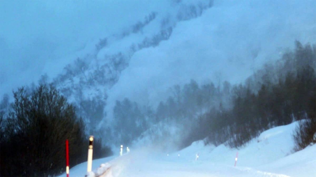 MASSIVT: Det fjernutløste snøskredet i filmen er over 400 meter bredt.