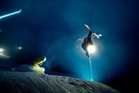 I FORM: Denne karen er i form om dagen. For å si det mildt. Øystein Bråten håndterer både den ene skia si og kanonrailen elegant. Foto: Vegard Breie
