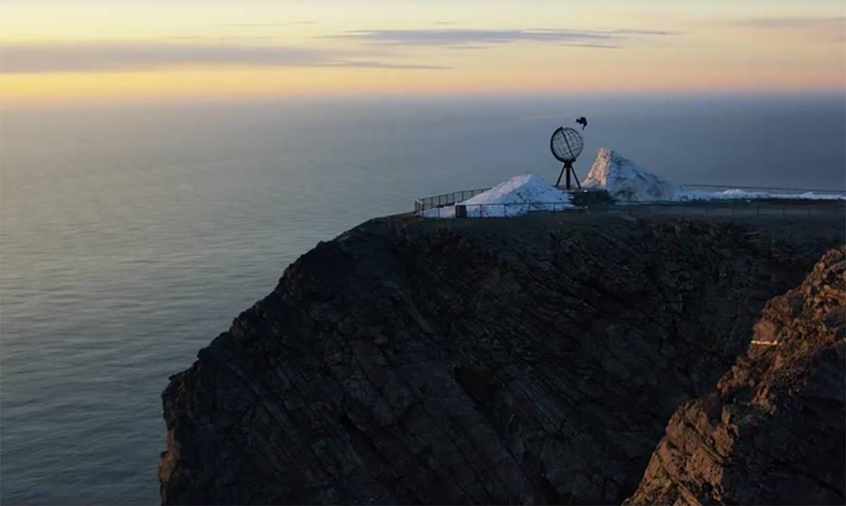 PÅ RETT PLASS: Anders Backe jibber på Nordkapp. Da snakker vi location. Hvis Field Productions leverer det traileren lover, da er det bare å glede seg!