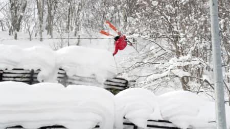 PUDDERKNEP: Sean Pettit er en mester i å herje med triks og knep i både japansk pudder (bildet) og svære fjell.