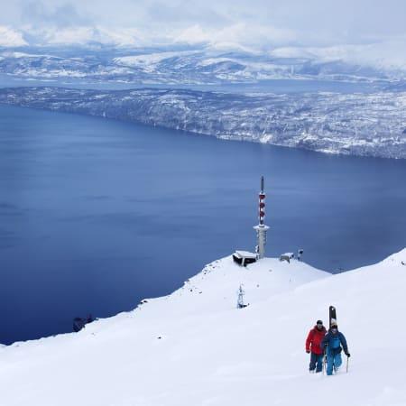 NARVIK: Even Sigstad og Andreas Ygre Wiig omgitt av Narvik fra topp til tå. Bilde: Frode Sandbech