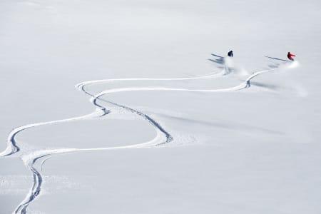 Andreas Wiig og Even Sigstad signerer nysnøen i Narvik. Brett og ski, hånd i hånd. Bilde: Frode Sandbech