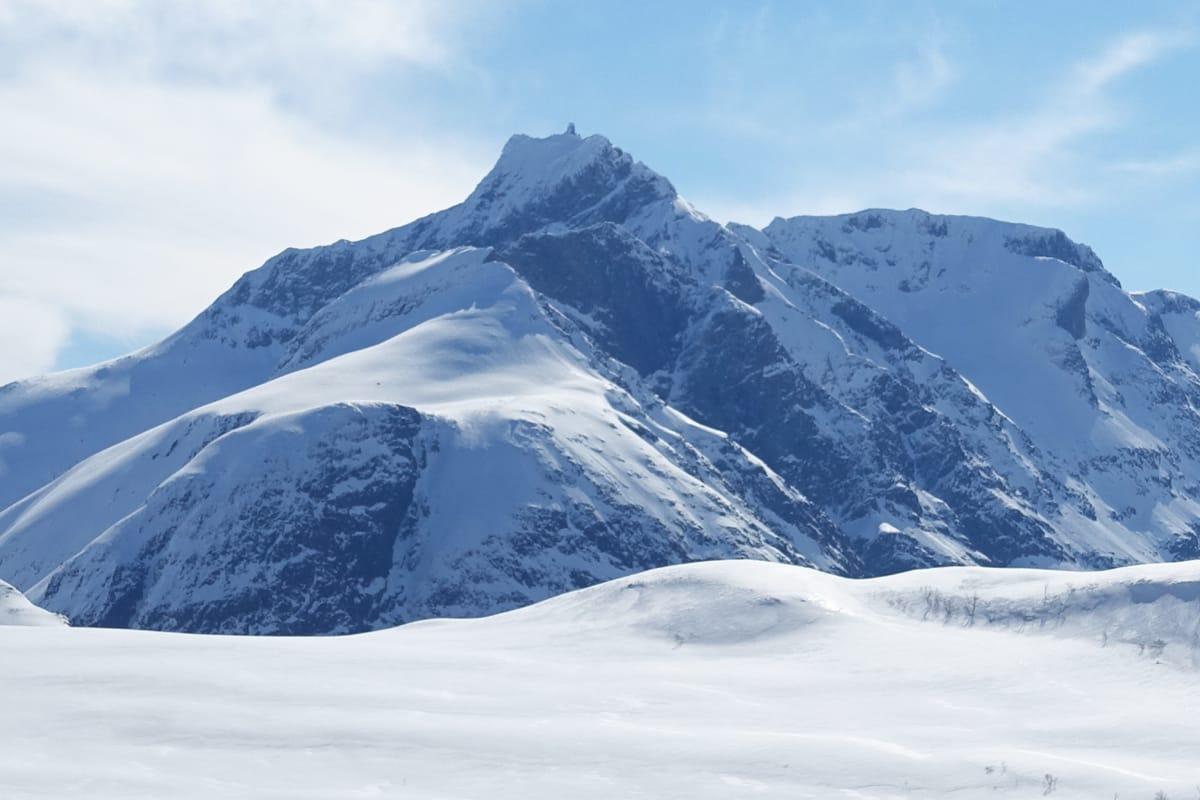POPULÆR OG KREVENDE: Gjuratind i Romsdalen er et populær toppturmål, men turen er lang og fjellet krever klatring den siste biten. Arkivfoto: Tore Meirik