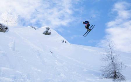 IMPONERENDE SESONGSTART: Stinius Hoseth Skjøtskift fortsetter konkurransesesongen der han slapp i fjor. Her spinner han inn til andreplass i første konkurranse under Verbier Freeride Week. Foto: FWQ