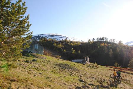 SNØ PÅ TOPPEN: Slik ser det ut på sykkelstarten nå. Bra med snø på toppene, og tørre sykkelstier. Foto: Martin Hindenes