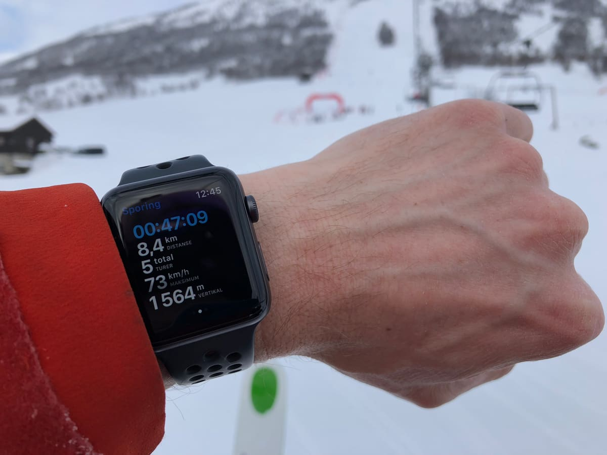 HÅNDLEDDSINFO: Med klokke fra Apple og de riktige appene kan du sjekke det meste om skiprestasjonene dine på håndleddet. Dette er øyeblikket hvor Fri Flyts mann oppdager at han bør kjøre litt fortere på neste tur. Foto: Tore Meirik