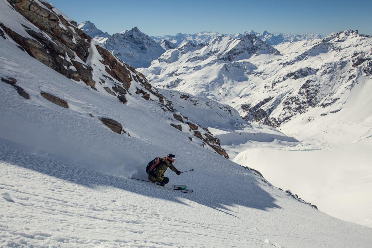 HEVER MARGINER: Fri Flyt slår et slag for guiding når du er på tur i ukjente fjell. Ikke bare er du tryggere, men sannsynligheten for å finne uspora snø stiger betraktlig. Bilde: Bård Gundersen