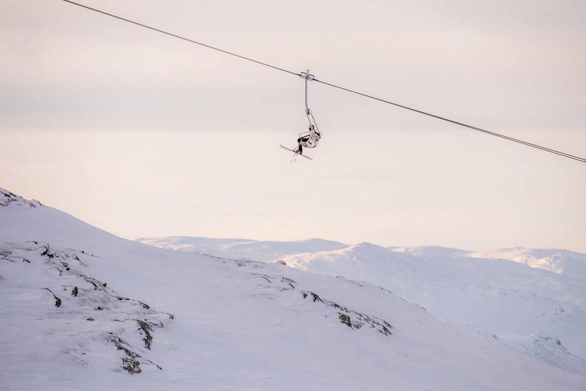 VELLYKKA: Selv om det bare er en gjest i denne heisen i Hemsedal, er Skistar blant verdens beste i kunsten å tjene penger på alpinanlegg. Sist vinter gikk de 64 millioner svenske kroner i pluss. Foto: Ola Mattsson