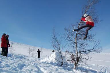 TEKNISK KREVENDE: I skitrehopping er det om å gjøre å hoppe høyest, derfor gjelder det å klamre seg fast til buska, inntil dommerne har målt høyden.