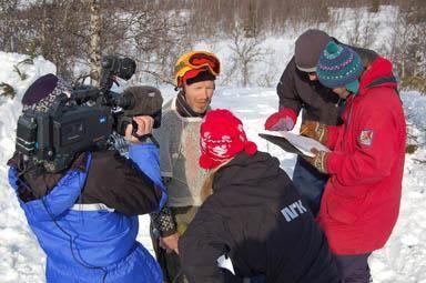 MEDIA PÅ PLASS: Arrangør og fjorårets vinner, Vidar Eggiman, intervjues av NRK Norge Rundt. Mens dommerne summererer opp poengene.