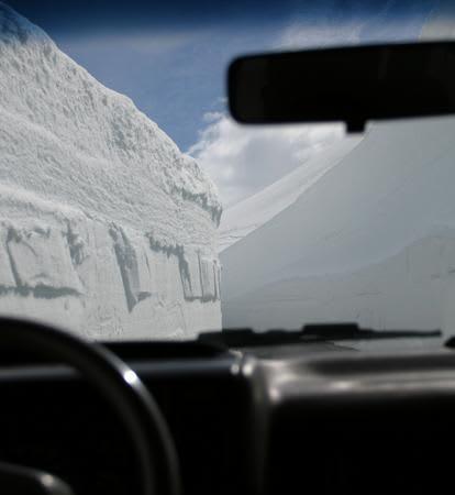 Ingen av oss har sett så mye snø her noen gang. God stemning på fjelltur.