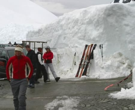 Foran kafeteriaen er det rikelig med snø.