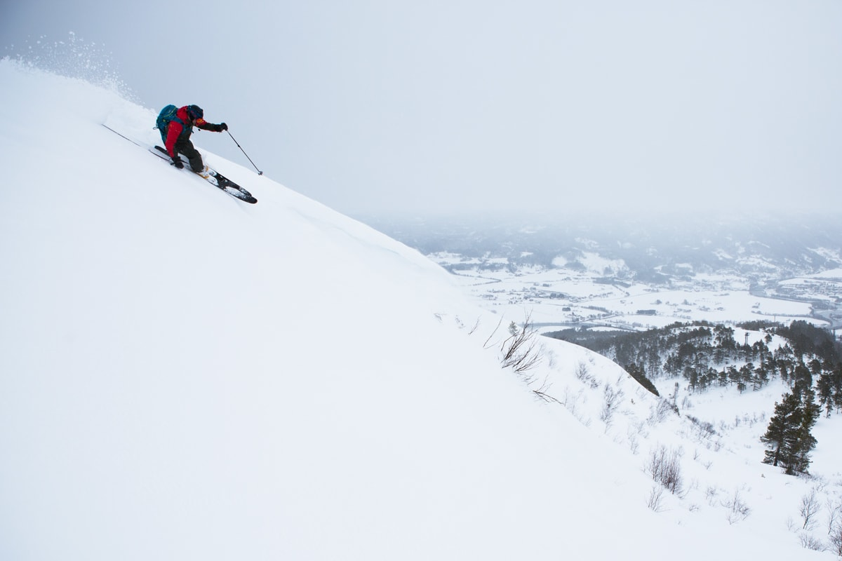 SYLTNEBBA: En av tre topper nær Surnadal alpinsenter hvor det søkes om å tilby catskiing. Tore Korsnes er lommekjent i området. Foto: Tore Meirik