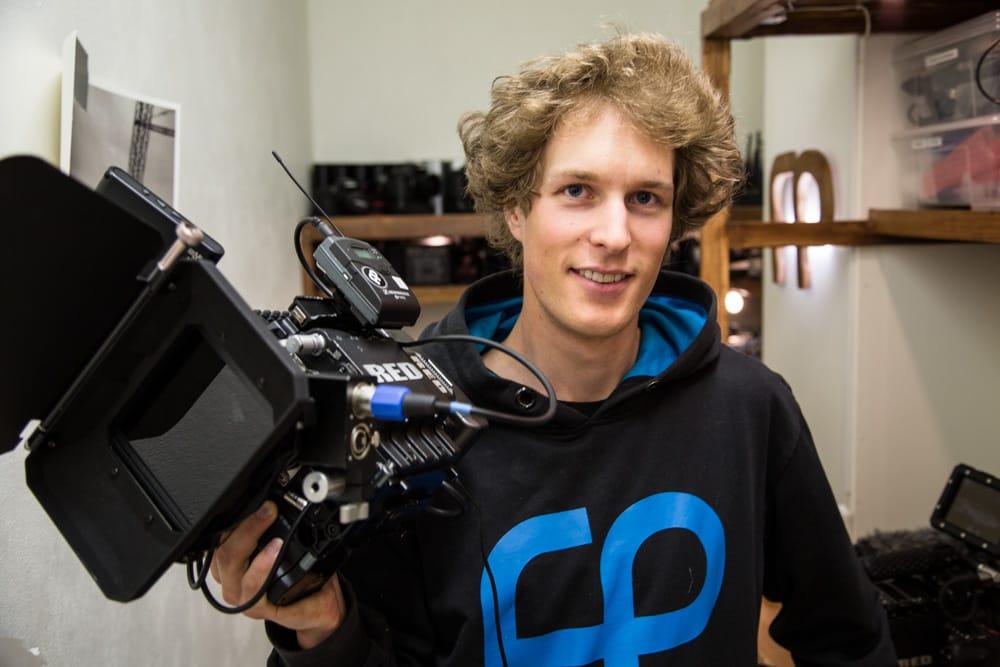 FORAN OG BAK: Even Sigstad er selvlært, men likefullt en ekspert på - både foran og bak kamera. En klar fordel i når det kommer til produksjon av ski- og snowboardfilmer. Foto: Christian Nerdrum