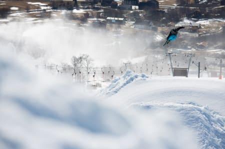 TESTHOPP: En del av jobben som kvalitetskontrollør av ei slopestyleløype er å prøve hoppene. Her gjør Vebjørn Svorkmo en 360 safety på det første av de to siste og største hoppene. Foto: Tore Meirik