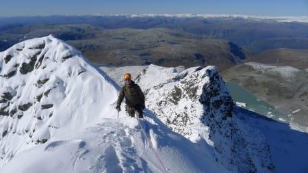 PASS PÅ: Når årets første snø har kommet må du tenke på snøskredfare fra første stund – også til fots. Foto: Jostein Aasen