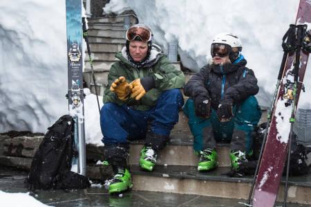 PUDDERPRAT: Asbjørn Eggebø Næss og Åsmund Thorsen kommer til enighet om av pudderkjøring er artige greier. Bilde: Christian Nerdrum