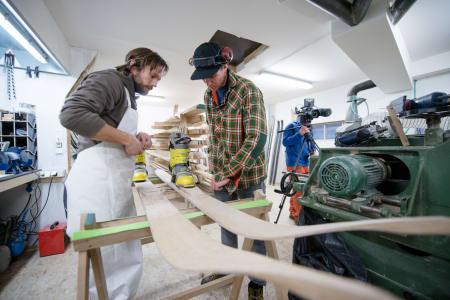 BYGGET: Endre Hals i EVI og Prog fikk oppdraget med å lage skien som brukes i Birkebeinerne. Foto: Martin I. Dalen