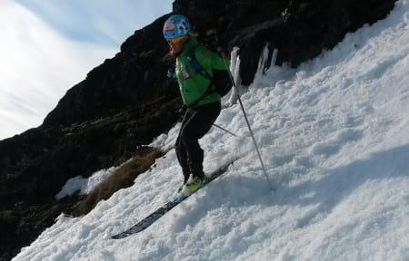 En av de tre rekordjagerne, Malene Blikken Haukøy, på vei ned en renne mot Leirvassbu - like før mål. Foto: Lars Erik Skjervheim