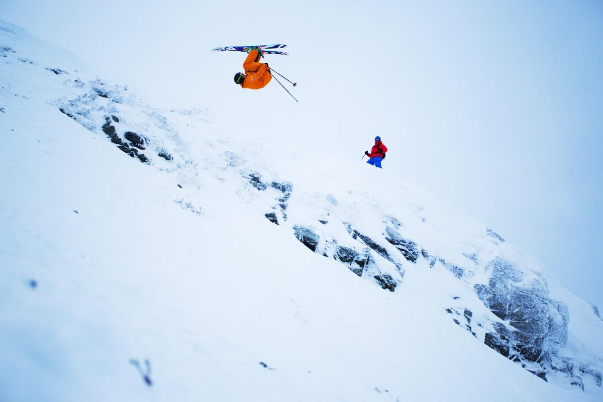 NEDOVERFOKUS: Frontflip-spesialist Øystein Aasheim fra Vågå sverger til bindinger uten gåfunksjon, slik at han kan dra på maksimalt –som her, på Skavlein i Lemonsjøen skisenter. Foto: Tore Meirik.