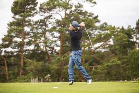 Torstein Horgmo tok turen fra California for å mokke noen golfballer i Kragerø.