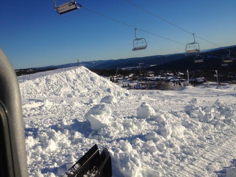 HER BLIR DET HOPP: Masse snø og et hopp med rundt femten meter flate skal stå klart på Skeikampen lørdag morgen! Foto: Rune Slåsletten