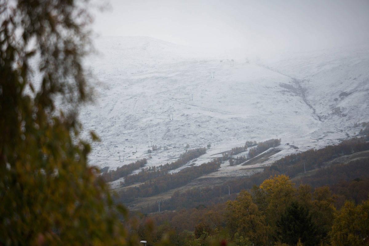 OPPDAL I DAG: Skisenteret i Vangslia fikk høstens første snødryss i natt, og slik så det ut da oppdalingene våknet i morges. Foto: Tore Meirik
