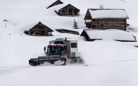 BRØYTEJOBB: Det er mye snø å spore rundt det høyeste fjellet i Kosovo. Og bare en tråkkemaskin til å gjøre jobben.