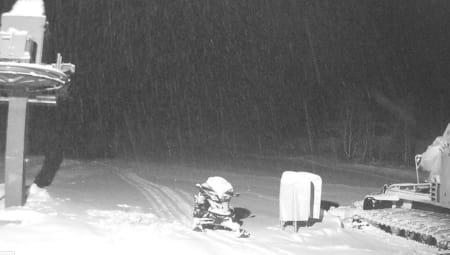 ÅPNER LØRDAG: Rindabotn-heisen i Sogndal Skisenter åpner lørdag. Her er webcam fra i dag. Men er det vi ser pudder? Asbjørn Eggebø Næss mener nei.