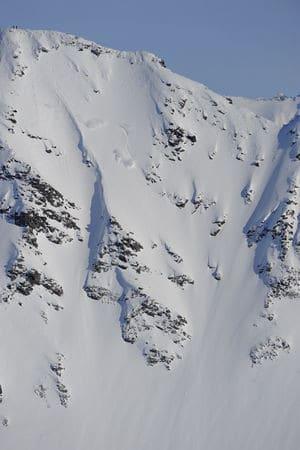 FREKKE LINJER: Det er lite å utsette på linjene du kan få kjørt med helikopter som heis på Sunnmøre. Foto: Endre Løvaas