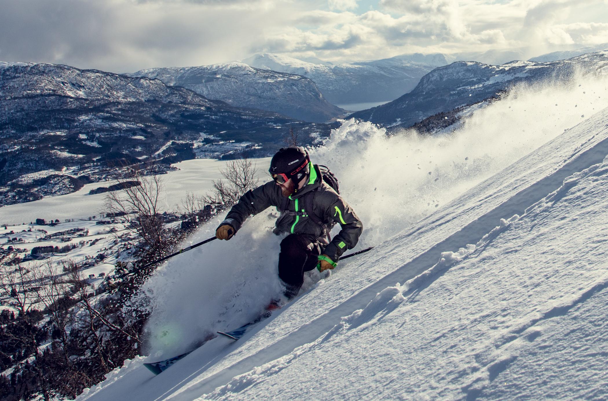 FJORD OG FJELL: Skipatruljens lokale kjentmann Lars Tore Lesteberg presenterer Sogn Skisenter fra en svært oppegående dag i mars. Bilde: Bård Gundersen