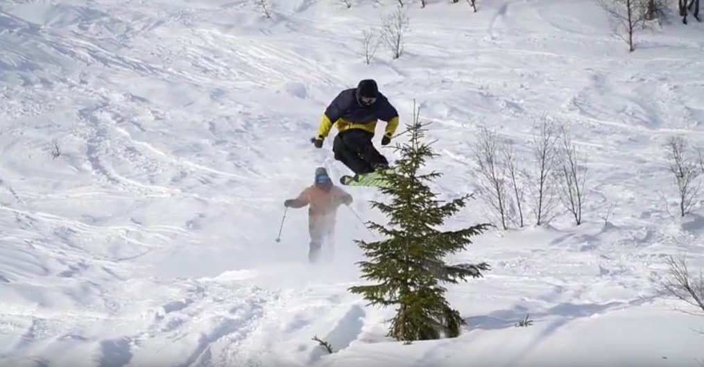 TRÆRNES VENNER: Fire sterke norske kjørere samlet seg for å fly på ski i Sogndal.  Her ved to av dem.