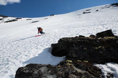 FANTASTISK TUR: Fra toppen av Galdhøpiggen sommerskisenter er det en smal sak å nå Nyskridugrove - 1200 høydemeter med fantastisk frikjøring. Her er Erlend Sande i aksjon i den tøffe renna. Foto: Tore Meirik